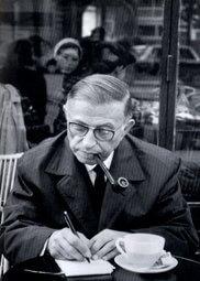 Jean-Paul Sartre écrivant à la terrasse d\'un café